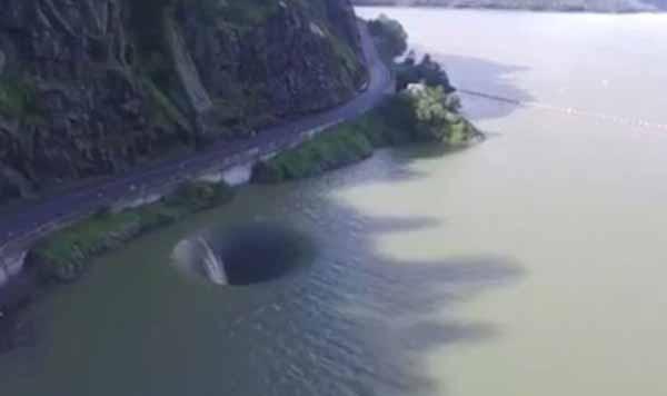 """Vidéos: Un mystérieux """"Portail de l'Enfer"""" qui s'est ouvert en Californie a terrorisé plusieurs nageurs"""