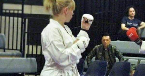 Royaume-Uni : Deux immigrés clandestins tentent d'attaquer une femme qui est ceinture marron de karaté et se font humilier