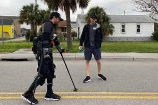 Un homme paralysé court un marathon dans un exosquelette robotisé