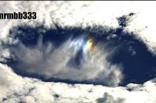 Vidéo: Des silhouettes en forme de 'triangle' apparaissent au centre d'énormes nuages