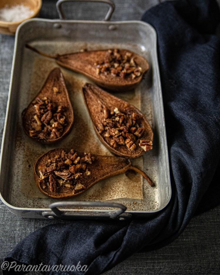 paahdetut päärynät pekaanilla ja mantelikinuskilla