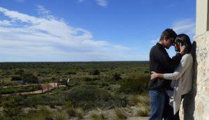 Pausa para um romance no Centro de Interpretação com a vegetação da estepa patagônica de cenário