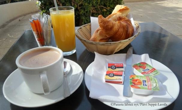 Aamiaiste Le Dolce Moment -kahvilan tapaan.