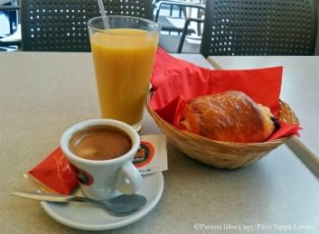 Aamiainen kahvilassa Nizzan vanhassa kaupungissa: tuoremehu, expresso ja croissaint.