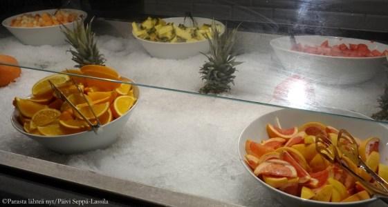 Tuoreet hedelmt kuuluvat aamiaistarjoilun valikoimaan.