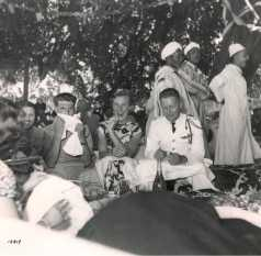 La visite du général Juin - Repas. De gauche à droite au premier plan :1e : Marguerite Vaugien (à moitié cachée)2e : lieutenant X3e : X4e : capitaine Jean Vaugien, chef du bureau des affaires indigènes d'El Ksiba.
