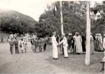 Fêtes officielles à El Ksiba le 14 juillet - De gauche à droite : 3e et 4e : Marie-Solange Bergercépouse du lieutenant Fievet Au premier plan le capitaine Jean Vaugien, chef du bureau des affaires indigènes d'El Ksiba (en blanc à droite) serrant la main à son adjoint (en blanc à gauche), le lieutenant Fievet.