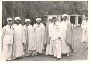 Fêtes officielles à El Ksiba le 14 juillet - Le capitaine Jean Vaugien, chef du bureau des affaires indigènes (à gauche)groupe de notables berbères d'El KsibaLe commandant Jean Rousseau, chef de cercle d'El Ksiba (à droite).