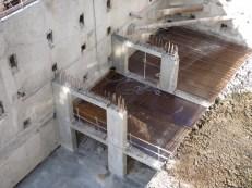 Entre le dernier pilier du fond et le mur, 3 places, entre les 2 piliers, 2 places...