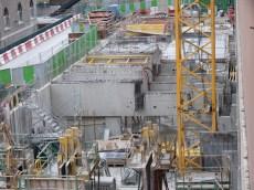 Plus au centre, la construction des piliers se poursuit.