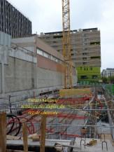 Les gaines rouges accueilleront les câbles, les fosses devant le bâtiment délimitent les futurs balcons.
