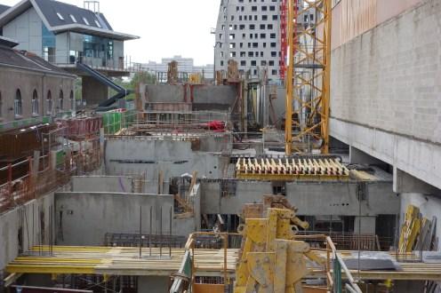 Le chantier d'Est en Ouest avec au premier plan la préparation de la construction d'une dalle
