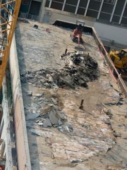 Poursuite du retrait des matériaux du toit des anciens bureaux de l'Hôtel Ibis