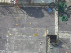 Préparation du coulage de la dalle et placement d'éléments plastiques jaunes