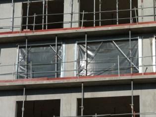 Pose des contours de fenêtres et des isolants plastiques