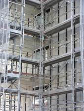 Fenêtres en cours de pose dans la faille entre les bâtiments A & B