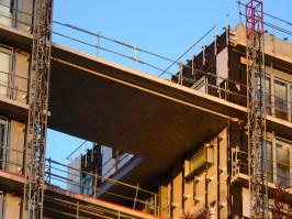 Pose des cassettes, façade Ouest du bâtiment C, au niveau de la faille
