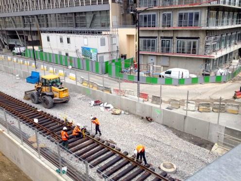 Réinstallation des voies ferrées le long de Parc 17