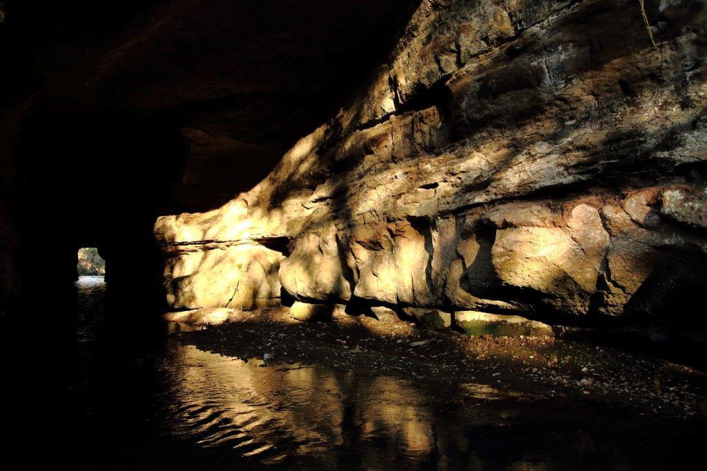 Un tunnel creato per permettere di attraversare il corso del Cremera nei periodi di piena. Oggi di grande suggestione.