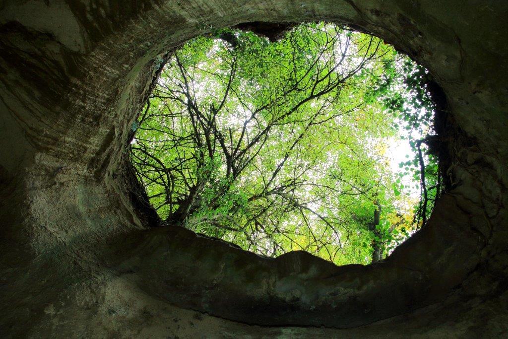 Tra via del Praticello basso e via Formellese, è una scoperta naturalistica, un punto di grande impatto. Un grande lucernario domina il cunicolo.