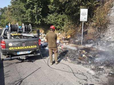 Rifiuti dati alle fiamme, intervengono i guardiaparco.