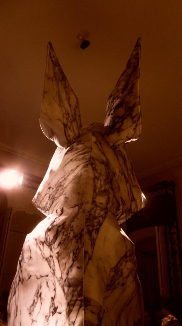 Lapin géant en tissu de soie, Maurizio Galante