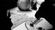 Pouf de marbre toujours en tissu de soie, et coupe de champagne lors de la visite chez Tai Ping