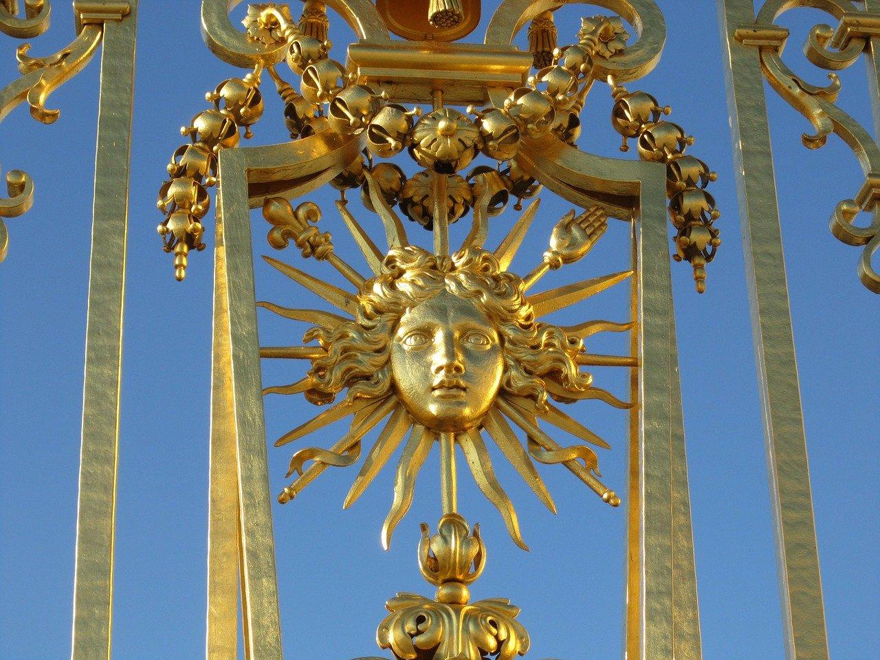 Un portique en or représentant un soleil.s