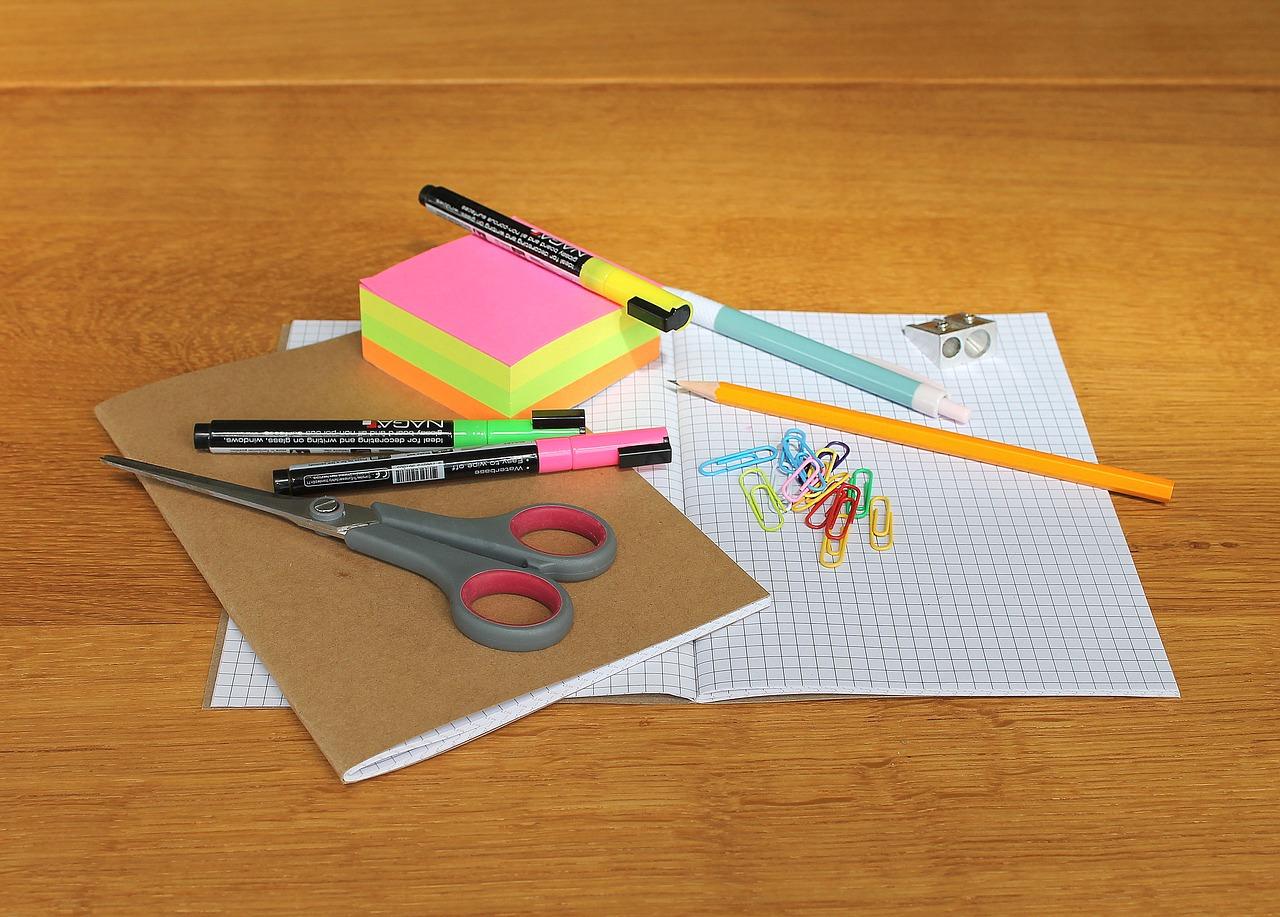 Cahier, papier et ciseaux