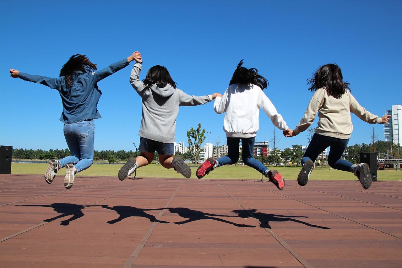 Des enfants de dos qui sautent