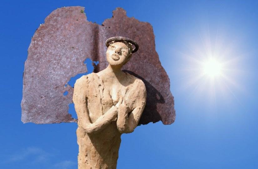 Un ange et le soleil. Sculpture de Annemarie Maillat