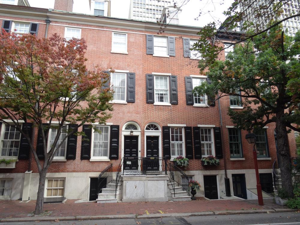 Un immeuble ancien en brique rouge du vieux Philadelphie