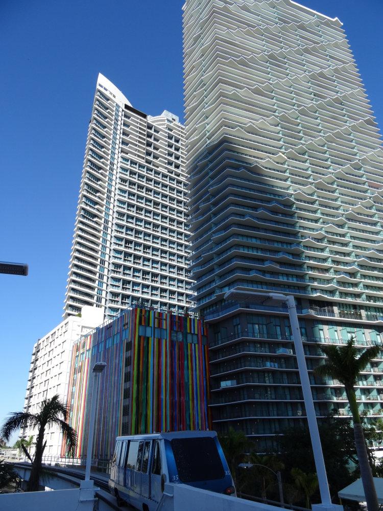 Le Metromover au pied des buildings