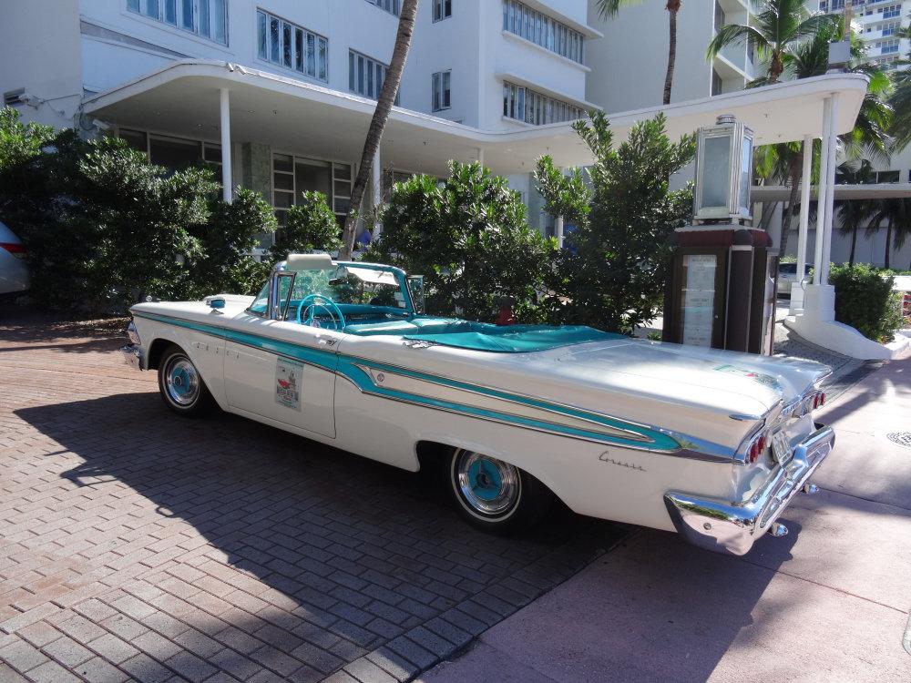 Une décapotable à l'ancienne devant un hôtel de South Beach