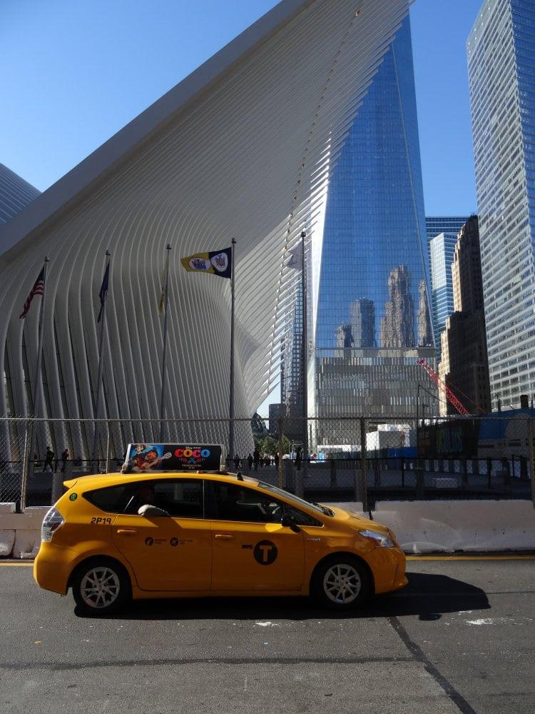 Un taxi jaune devant la gare du PATH