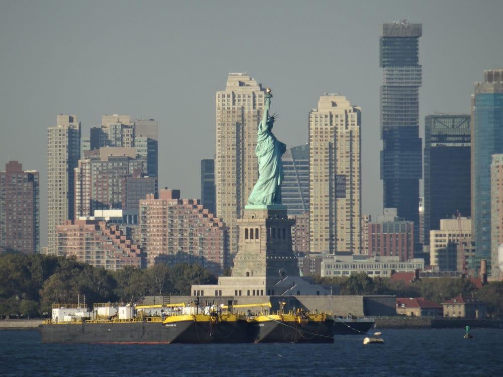 La statue de la liberté devant les buidings du New Jersey
