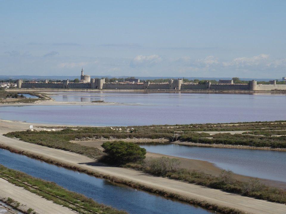Vue sur les remparts d'Aigues-Mortes depuis les salins
