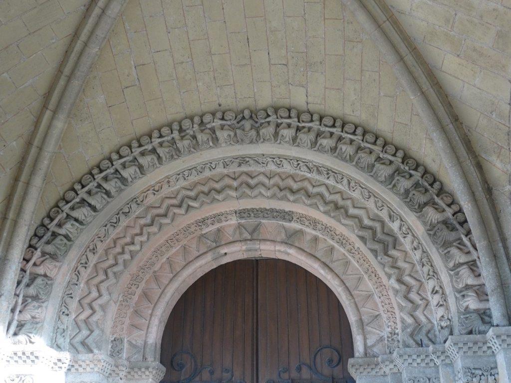 Portail roman de l'église Sainte-Croix