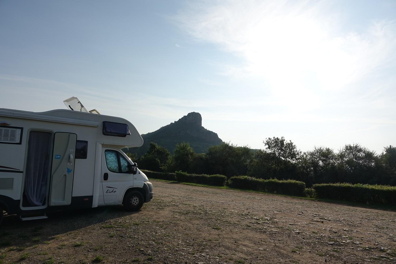 Réveil en camping-car face à la roche de Solutré sur le parking Panorama