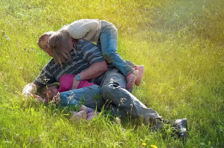 vader en dochter activiteiten buiten spelen natuur