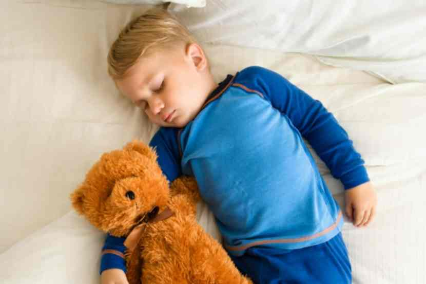 When should your toddler give up their nap? Find out what a sleep consultant says the signs are to look for! Parenting toddlers, toddler sleep, toddler isn't napping, nap tips, sleep tips