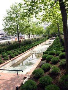 Promenade Plantée. Levandulový rybníček. Bohužel, byli jsme tam moc brzy na jaře - studené Velikoce bez vody.