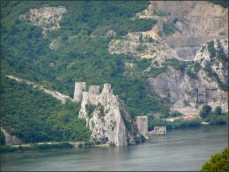 Hrad je v Srbsku, za vodní hranicí. Nedá se k němu přijet. Vypadá idylicky.