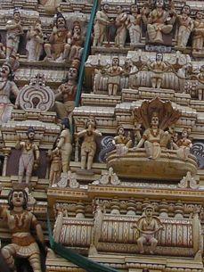Tento skvost národního uměleckého a kulturního dědictví nám měl zůstat utajen! Na hlavní věži byl asi milion ze 30 milionů hinduistických bohů vyvedených do nejmenších podrobností.