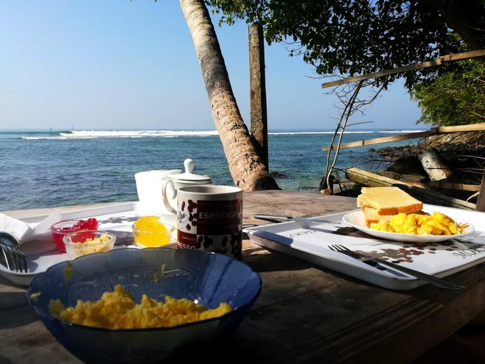 blog-voyage-couple-parfums-de-liberte-leo-et-julie-petit-budget-sri-lanka-polhena-beach-petit-dejeuner-baleines