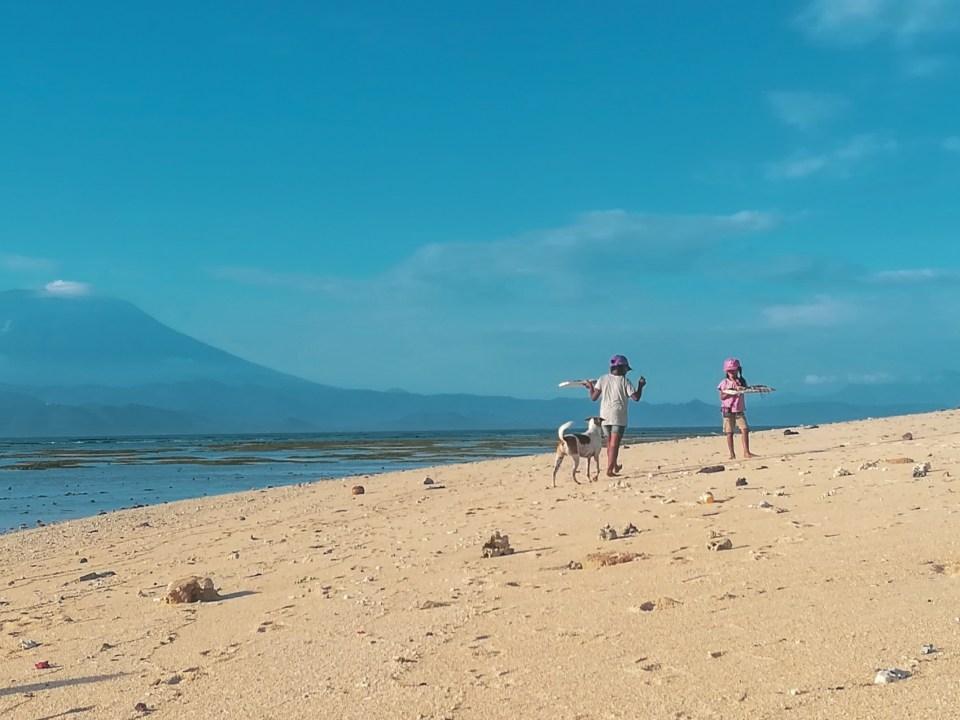 blog-voyage-couple-parfums-de-liberte-leo-et-julie-petit-budget-bali-indonesie-nusa-lembongan-enfants-vente