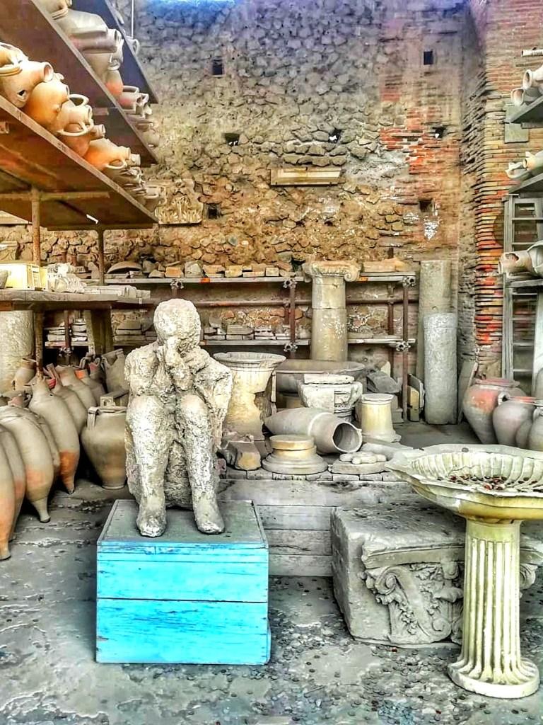 blog-voyage-couple-parfums-de-liberte-leo-et-julie-petit-budget-visiter-italie-visite-pompei-musee-naples-napoli-camping-vanlife-ruines-archeologie-coronavirus-volcan
