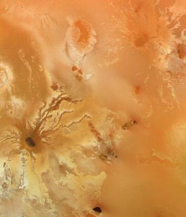 வொயேஜர் 1: வியாழனின் துணைக்கோள் Io வின் மேற்பரப்பில் எரிமலை வெடிப்பு.