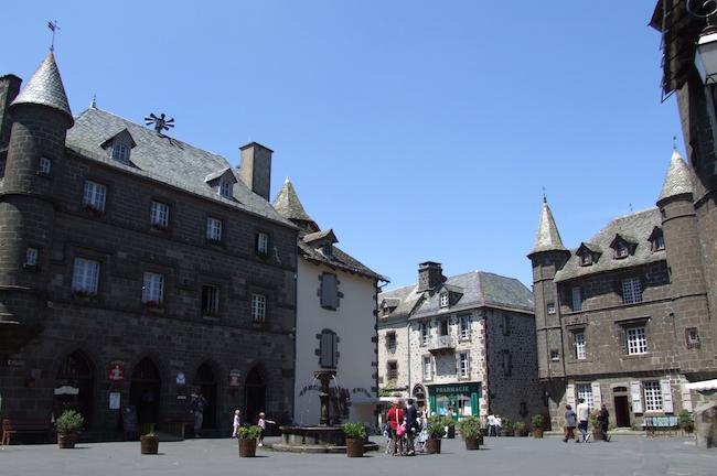quitter-paris-demenager-dans-le-cantal-Salers_-_Hôtel_de_Ville_et_maison_baillage