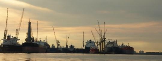 Le plan d'eau est coincé entre les ports de Johor (Malaisie) et Singapour